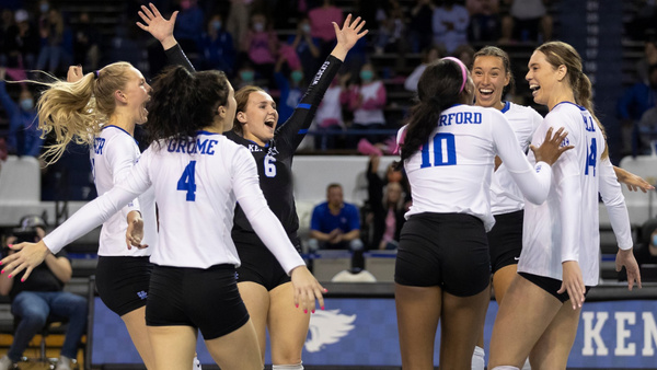 kentucky-volleyball-defeats-arkansas-in-five-sets